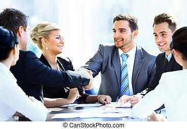 collègues, business, séance, table réunion, deux mains, pendant, mâle, secousse, cadres