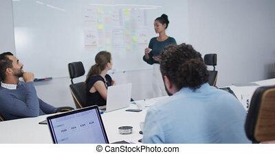 collègues, elle, femme, donner, bureau, salle, présentation, indien, devant, réunion