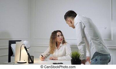 collègues, femme, disputer, workplace., autre, chaque, homme