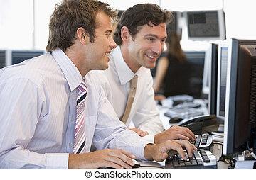 collègues, informatique, travailler ensemble