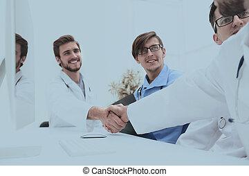 collègues, poignée main, monde médical, deux