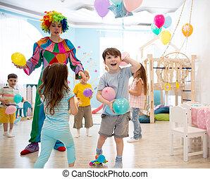 coloré, divertit, gosses, anniversaire, enfants, jeu, ballons, clown, partie.
