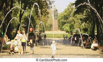 """coloré, gens, day"""", ensoleillé, clair, park., apprécier, """"kids, jouer, ballons"""