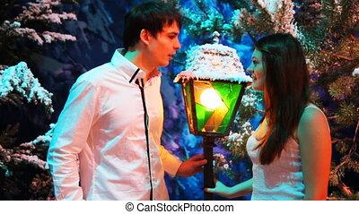 coloré, stands, hiver, couple, bois, parler, lanterne