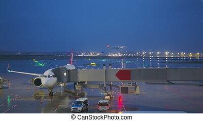 commercial, night., atterrissage, aéroport, piste, crépuscule, avion, jet, tôt