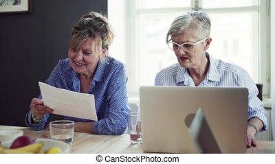communauté, ordinateur portable, centre, club., utilisation, femmes, personne agee