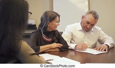 compagnie, propriété, homme aîné, hypothèque, vrai, contrat, signer, bureau.