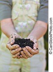 compost, femme, vieux, poignée