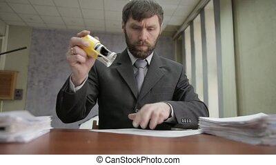 compostage, ouvrier, bureau, disperser, occupé, documents., entrant, documents, around., homme affaires