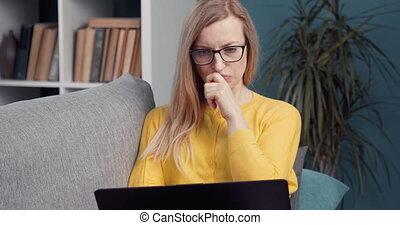 concentré, femme, ordinateur portable, fonctionnement maison