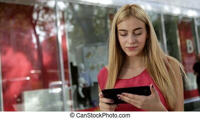 concentré, jeune, petit ami, numérique, dame, communication, elle, via, tablette, rue