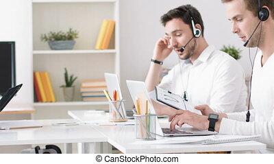 concentré, ordinateur portable, fonctionnement, homme