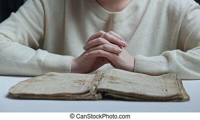 concept., étudier, chrétien, gratitude, ancien, livre, femme, -, unrecognizable, lecture, praying., religion, apprentissage, vieux, scripture., bible, saint