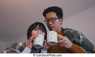 concept, amour famille, regarder, couple, thé chaud, jeune, movie., asiatique, boire