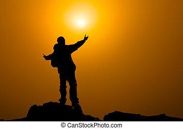concept, arme prolongé, ciel, prière, pour, ou, levers de soleil, homme