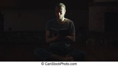 concept, lent, space., yogi, concentré, songeur, rays., homme, soleil, papier, wellness, lecture, médite, copie, salle sombre, seul, jeune, breviary, livre, intérieur, éclairé, regarder travers, mouvement, mindfulness