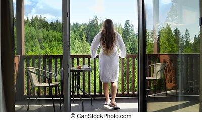 concept, marche, hands., hôtel, vacances, dehors, terrasse, peignoir, tourisme, jeune, montagnes, été, salle, étirage, femme
