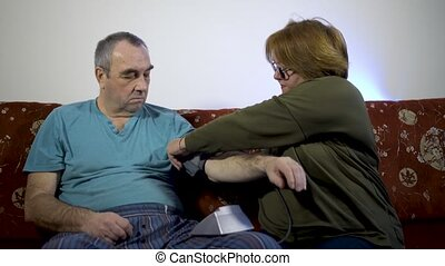 concept, mesures, pression, femme, santé, sanguine, couch., maison, homme aîné