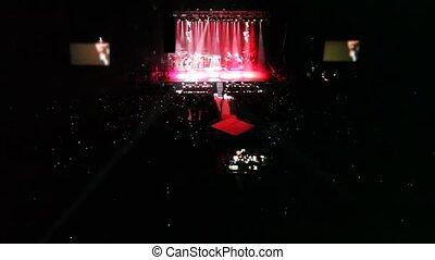 concert, gens, panorama, écrans, scène, chanteurs, eclats, salle