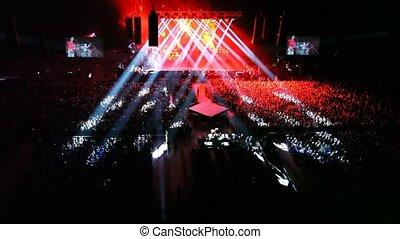 concert, gens, panorama, écrans, scène, chanteurs, salle