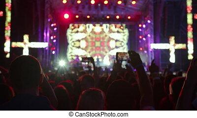 concert., haut., song., exécuter, augmentation, foule, gens, applaudir, favori, musical, saut, leur, ventilateurs, joyeux, bande, mains, populaire, regarder, excité heureux