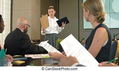 conférence, donner, femme affaires, quoique, blonds, portrait, présentation