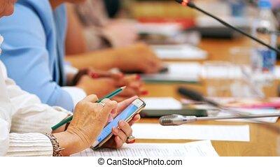 conférence, femme, elle, séance gens, -, recherche, téléphone, quelque chose, salle