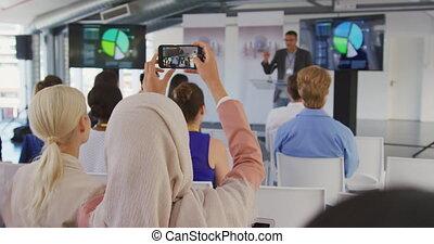 conférence, filmer, femme affaires, audience, smartphone
