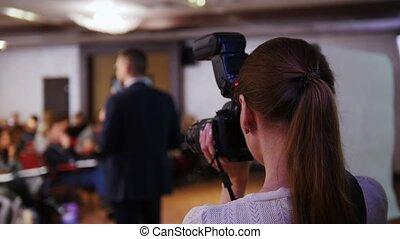 conférence, hall., affaires femme, donner, photo, prendre, conversation, homme appareil-photo, lecture., lui, étape