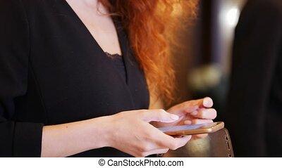 conférence, hall., femme, elle, business, recherche, téléphone, quelque chose
