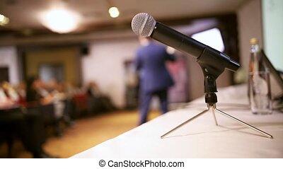 conférence, hall., microphone, business, premier plan, debout, table