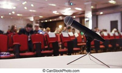 conférence, hall., microphone, chairs., business, séance, gens, premier plan