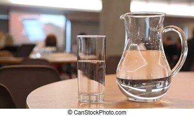 conférence, tasse, quelques-uns, cruche, eau, stand, table, salle, rempli
