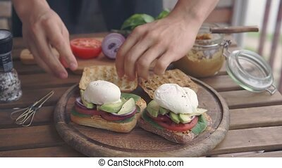 confection, homme, oeuf, poached, sandwichs