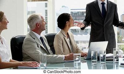 confiant, presen, donner, homme affaires