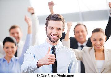 confiant, sentiment, homme affaires, haut, heureux, fond, pouce, team., projection, position souriante, sien, collègues, quoique