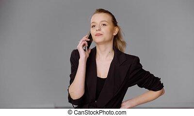 confiant, smartphone, femme affaires, conversation