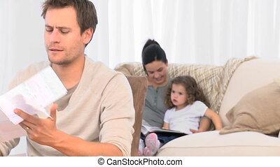 conjugal, sien, quoique, fâché, regarder, sofa, homme, famille, factures