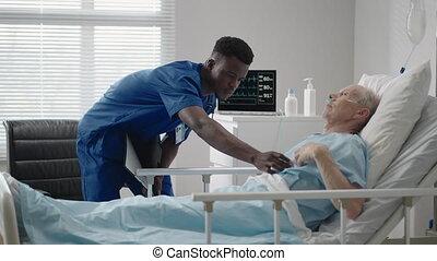 conseille, docteur, cardiologue, patient, africaine, apparence, clinic., mensonge, neurologue, mené, diagnostic, personnes agées, lit, patient., noir, conversation