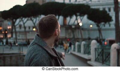 considérer, soir, italie, touriste, centre, vues, pointing., romain, rome, homme, beau