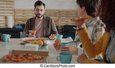 constitué, caucasien, manger, oriental, femmes, homme, fête, milieu, collègues, heureux, pizza, conversation