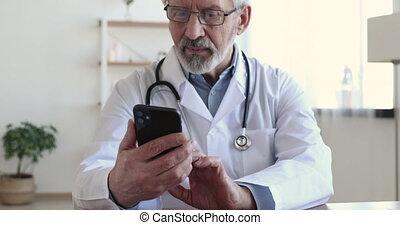 consultant, médecin, milieu, clients, mobile, vieilli, healthcare, application., concentré, via