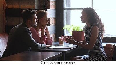 consulter, assurance, sur, africaine, couple, affaire, femme, vendeuse, clients