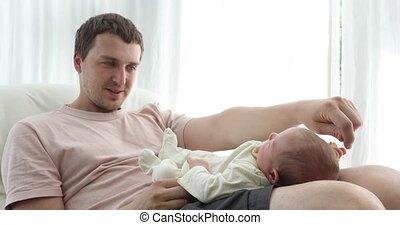 contenu, genoux, homme, séance bébé