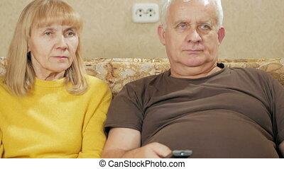 contrôle, femme, concept, éloigné, regardant télé, intéressant, programs., tã©lã©viseur, personnes agées, sélectionne, itself, choisir, couch., maison, vacances, couple, rire