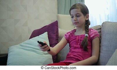 contrôle, tv, girl, manages, éloigné