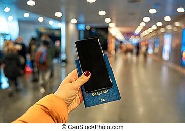 contre, tient, à l'étranger, main, planche, voyage, aéroport, passeport, fond, smartphone, information