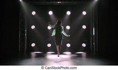 contre, toile de fond, intently., vieilli, studio, lent, flâneurs, regarde, séduisant, motion., femme, sombre, lights., milieu, promenades, robe, silhouette., blanc, néon, brunette, bas