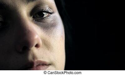 contusions, femme pleure, après, dom