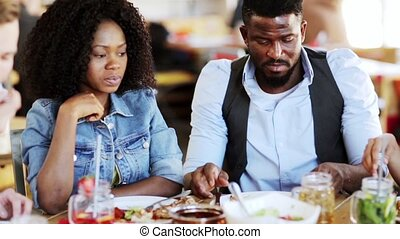 conversation, amis, manger, heureux, restaurant